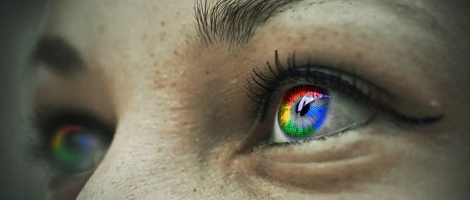 השתקפות לוגו גוגל בעיניים