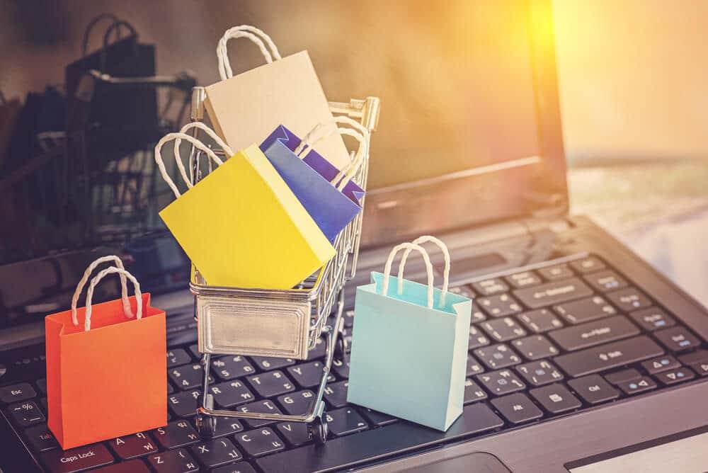 שקיות קניות על מחשב נייד